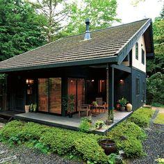 ジャパネスクハウス 程々の家 ログハウスのBESS Tropical House Design, Tropical Houses, House In Nature, House In The Woods, Atrium House, Hut House, Modern Log Cabins, Japanese Style House, Small Cottage Homes