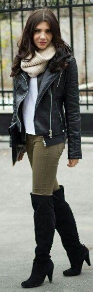 Unachaqueta de cueroendurece al instante su mirada.  Read more:http://www.gurl.com/2014/11/29/style-tips-on-how-to-wear-over-the-knee-boots-outfit-ideas/#ixzz47PRLnTlW