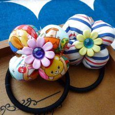 女の子にぴったりのキュートなヘアゴムを作りました。 このお花、円形の布からできています。 花びらを一枚ずつ作る必要がありませんので、簡単に作れます。 今回は時短のため、ミシンを使用していますが、手縫いでも完成します。 青色やストライプの布でお花を作り、キラキラのボタンを使うと夏らしいお花になります。 ぜひ、お好きな材料で作ってみてください☆