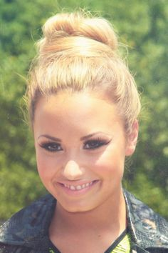 demi lovato makeup I want her to smile with all of her teeth showing because she looks so pretty when she does that