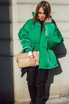Elegantes und detailreiches Design. Ein Statement setzen, mit dieser stylischen Handtasche von ANNA. Ein Tragegurt aus einer Gliederkette und eine Klappe zum verschließen verleihen diesem wundervollen Exemplar aus feinstem italienischen Leder den letzten Schliff. Die Jolene Bag, erhältlich in sechs verschiedenen Farbkombinationen, hat definitiv das Potenzial zu deiner neuen Lieblingstasche! Anna, Elegant, Bring It On, Winter Jackets, Beige, Fashion, Italian Leather, Color Combinations, Handbags