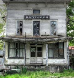 abandoned building ghost town in Texas ? Old Abandoned Buildings, Abandoned Property, Abandoned Mansions, Old Buildings, Abandoned Places, Old Farm Houses, Haunted Places, Old Barns, Architecture