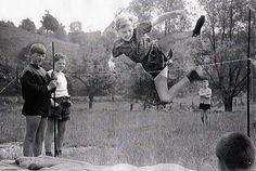 1940er Jahre: Turnstunde in Langen Strümpfen. Mehr Kindheitserinnerungen auf www.unserjahrgang.de