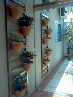 E viva as treliças de madeira que apoiam vasos com plantas!