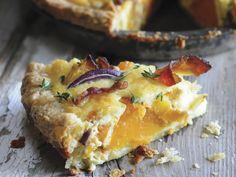 Kürbiskuchen (Pie) mit roten Zwiebeln und Speck | Zeit: 30 Min. | http://eatsmarter.de/rezepte/kuerbiskuchen-pie-mit-roten-zwiebeln-und-speck