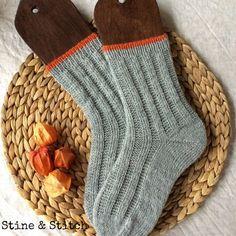 {Socks with right and left stitches} (Stine & Stitch) – socken stricken Knitting Socks, Hand Knitting, Knitting Patterns, Crochet Patterns, Knit Socks, Stine Und Stitch, Half Gloves, Patterns Of Fashion, Popular Bags