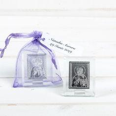 Mirii care cred in tainele bisericesti si sunt de religie crestina isi pot recompensa invitatii prezenti la nunta lor cu marturii religioase, cum sunt iconitele Iisus Hristos, ambalate in saculeti organza. Poti sa alegi saculeti in una dintre culorile: roz, rosu, mov, lavanda, bleu, alb, ivory. Iconita argintie il infatiseaza pe Mantuitorul nostru Iisus Hristos. Iconita este realizata dintr-o foita subtire de aluminiu si lipita pe sticla. Aceasta se sprijina pe un mic suport, astfel incat…