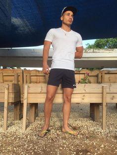 Havaianas Style Barefoot Men, Perfect Legs, Preppy Men, Beach Attire, Mens Flip Flops, Elegant Man, Hot Hunks, Boys Wear, Models