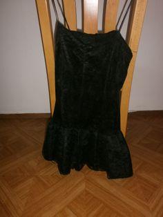 Ik ging zelfs jurken dragen. Dit is de galajurk van mijn moeder vroeger. Haar prinsesje kwam langzaam terug. Er zijn wel twee lagen kant onderaf gehaald. Dat moest voor de musical Chicago, want dat moest wel een beetje hoerig.