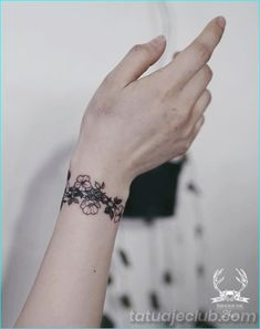 35 Unique Wrist Bracelet And Band Tattoos To Try - Tattoo Ideen Unique Wrist Tattoos, Meaningful Wrist Tattoos, Tattoo Designs Wrist, Cool Tattoos, Wrist Band Tattoo, Wrist Bracelet Tattoo, Flower Wrist Tattoos, Armband Tattoos, Sleeve Tattoos