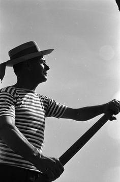 Venice Italy A gondolier plies his trade Naples Italy, Venice Italy, Sophia Loren, Positano, Travel News, Time Travel, History Of Photography, Portrait Photography, White Photography
