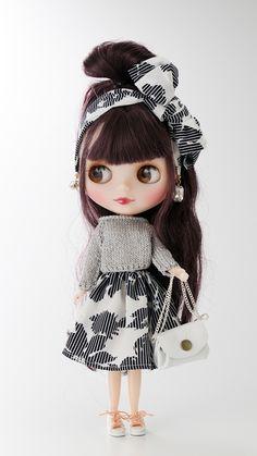 <プロフィール/婦人服> PROFILEで実際に柄を作りお洋服となった素材を使用致しました。ハンドメイドでお作りしたセーターは、オフショルダーとしても楽しめます。スカートとお揃いのスカーフで、ブライスと一緒に春気分に。 Cute Baby Dolls, Glam Doll, Doll Makeup, New Dolls, Little Doll, Doll Repaint, Doll Hair, Anime Art Girl, Big Eyes