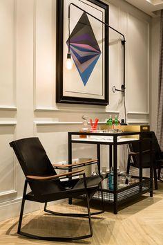 Decoração de apartamento, apartamento, apartamento moderno, apartamento cinza, cinza. Bar, bar em casa, cadeira preta, quadro.