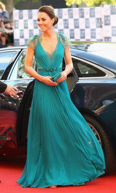 Parlak zümrüt rengi, dantel ve işleme detayları; bu Jenny Packham'a o kadar yakışmış ki. Prenseslere, pardon düşeslere layık. - Kate Middleton'ın Abiye Stili - Elsa & Bambi Blog - http://www.elsaandbambi.com/blogs/news/92911489-kate-middleton-davetlerde-dusesin-abiye-stili