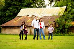 Like the separation in this family pose Family Field Pictures, Rustic Family Pictures, Fun Family Photos, Barn Pictures, Family Picture Poses, Family Photo Sessions, Family Posing, Modern Family, Picture Ideas