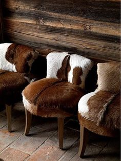 Rustic drama: Occasional chairs with hide upholstery. - Harriet Jones - - Rustic drama: Occasional chairs with hide upholstery. Cowhide Furniture, Western Furniture, Cowhide Decor, Furniture Reupholstery, Furniture Design, Plywood Furniture, Chalet Design, Chalet Style, Design Hotel
