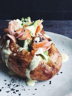 Superfood Kumpir: Türkische Ofenkartoffel mit Lachs, Avocado und Kurkuma-Dressing |Fructosearme Rezepte von fructopia.de