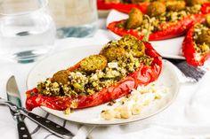 Recept voor gevulde puntpaprika voor 4 personen. Met zout, olijfolie, peper, bakpapier, zoete puntpaprika, linzen, courgette, roomkaas, hazelnoot, ui, falafel, knoflook, quinoa en Provençaalse kruiden