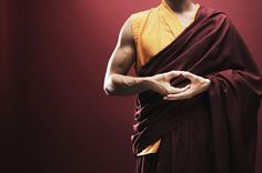 Мудры – особые комбинации пальцев, влияющие на физическое и эмоциональное состояние. С их помощью можно снять стресс, избавиться от чувства тревоги или усталости, обрести внутреннюю силу и душевное спокойствие. Как их выполнять, рассказывает инструкт