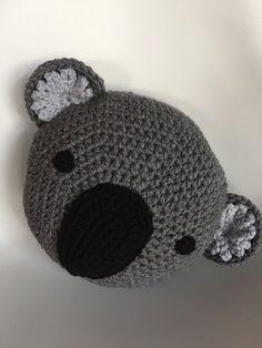 ¿No es esto solo la cara más dulce? ¡Nos encanta de Koala! Este pequeñajo es un 14 alrededor de la almohada y viene en un brezo carbón de leña gris con acento gris muy ligero en los oídos. Solo una advertencia que este pequeñajo necesita caricias extra!!!! Nuestra original diseño y patrón © Copyright 2011