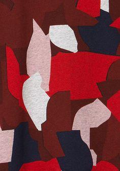 Affrontez le froid de l'hiver avec une touche de camo urbain. Découvrez la collection Lacoste Live Urban Dazzle.