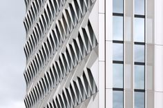 Hochhaus C10 der Hochschule Darmstadt  Staab Architekten  Ansicht von Südosten: Die Fassade zeigt sich als expressives Relief aus metallischen Polyedern