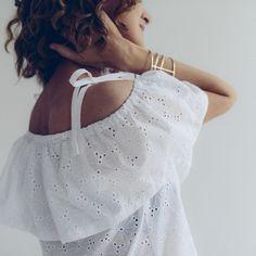Patron de couture Vanessa Pouzet : LA HIPPIE est un modèle de top ou de robe, romantique et bohème, pour mettre les épaules en valeur ! Trois hauteurs de volant pour varier les plaisirs et adapter à votre morphologie. A coudre dans des tissus légers et fluides. Belles finitions aux coutures anglaises à réaliser avec une simple machine à coudre. ♥♡♡ Rapide, accessible aux débutants. A coudre très vite !!!