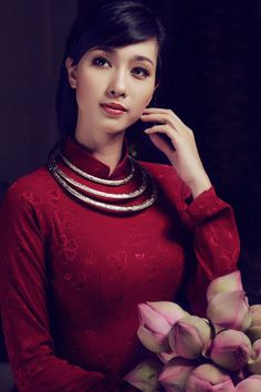Classically beautiful Áo Dài ensemble. Love the ao dai, hair, necklace, and makeup
