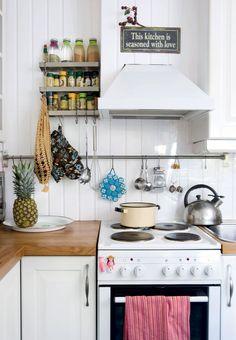 Keittiö viehätti Samia ja Sannaa talon osto-hetkestä alkaen. Keltainen sipulipussi löytyi Samin poikamiesaikojen muuttolaatikoista.