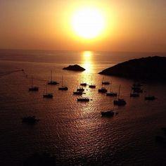 #fanphotofriday Cala d'Hort sunset #ibiza #sunset #caladhort by christianschallert's photo on Instagram pic.twitter.com/AP138idOQk Ibiza Sunset, Great Love, Celestial, Usa, Twitter, Places, Outdoor, Instagram, Sunsets