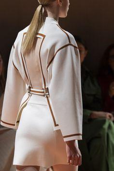 Apr 2020 - Hermès at Paris Fashion Week Spring 2020 - Details Runway Photos Fashion Week Paris, Fashion 2020, Street Fashion, Runway Fashion, Spring Fashion, High Fashion, Fashion Show, Autumn Fashion, Womens Fashion