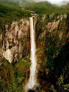 A aventura no Amazonas significa desbravar o que é muito pouco conhecido. A graça é vencer os desafios da natureza e chegar nas serras, montanhas e cachoeiras que você imaginou conhecer. Na Serra do Aracá está localizada a Cachoeira El Dorado, com a maior queda livre do Brasil. Isso significa uma queda d'água superior a 350 metros. Faça uma analogia com um prédio de 126 andares, pois é. Essa é a altura da El Dorado.