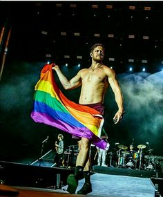 One of the most wholesome guys in the music showbiz nowadays Imagine Dragon's lead singer Dan Reynolds. Dan Reynolds, Imagine Dragons, Dragon Origin, Wayne Sermon, Zayn Malik Photos, Lgbtq Flags, One Republic, Imagines, What Is Love