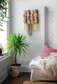 , design your room with DIY wall decor, hanging flower pots and throw pillows in light . , design rooms with DIY wall decoration, hanging flower pots and decorative pillows in light pink as an accent Source by Hanging Flower Pots, Yarn Wall Hanging, Wall Hangings, Diy Wanddekorationen, Diy Crafts, Diy Simple, Easy Diy, Mur Diy, Baby Dekor