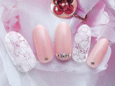 人気のピンクベージュの全面塗りにシースルーの手描きレースのブライダル・ウェディングネイルです。