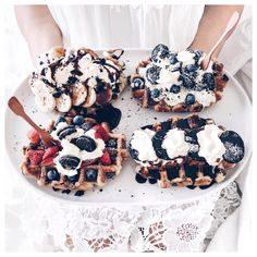 "Polubienia: 19.4 tys., komentarze: 188 – Li-Chi Pan ☁️ (@lichipan) na Instagramie: ""Homemade waffles 🙌🏼 cos' who says you can't have breakfast for dinner 🍴 Who'd like to join me? 🙋🏻"""