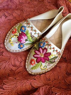 Mexican Embroidery, Hand Embroidery, Fashion Illustration Tutorial, Mexican Shirts, Free Crochet Bag, Women's Espadrilles, Brazilian Embroidery, Embroidery Fashion, Crochet Slippers