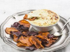 Uit die Huisgenoot toetskombuis: Vegetable crisps with onion cheese dip Savoury Finger Food, Finger Foods, South African Recipes, Ethnic Recipes, Too Many Cooks, Vegetable Crisps, 20 Min, Test Kitchen, Beetroot