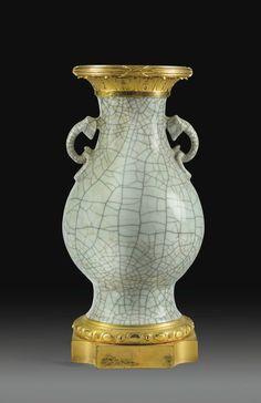 Vase en porcelaine de Chine céladon craquelé du XVIIIe siècle et montures de bronze doré d'époque Louis XVI, vers 1780. Estimation 30,000 — 50,000 €. Photo: Sotheby's  le corps flanqué d'anses, le col orné de feuilles d'acanthe, la base à motif d'entrelacs Haut. 43 cm, diam. 20 cm Height 17 in; diam. 7 3/4 in   A GILT-BRONZE MOUNTED CELADON VASE, THE MOUNTS FROM LOUIS XVI PERIOD, CIRCA 1780, THE CHINESE PORCELAIN VASE, 18TH CENTURY   Provenance: Acquis auprès de la galerie Pascal Izarn, Pari