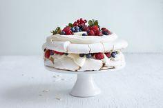 Pavlova i to etasjer Frisk, Pavlova, Dessert, Baking, Cake, Recipes, Dessert Food, Pastel, Desserts