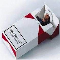 Guardo la foto sul pacchetto di sigarette e ci sono io, morto disteso avvolto in un sacco color perla. Due mani ignote in guanti bianco lattice tentano di