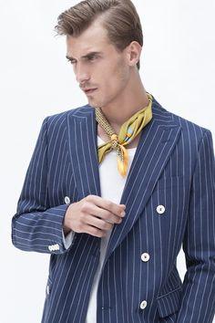Demuestra tu estilo, que nadie te pare. Si eres un hombre con personalidad y estilo, el uso de pañuelos en el cuello es perfecto.  #pañuelo #cuello #moda #hombre #estilo