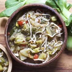 This noodle soup is full of fresh vegetables and tons of delicious Asian flair! Ginger, garlic, onion, and Chinese make for an incredibly flavorful soup. Tofu Recipes, Healthy Soup Recipes, Delicious Dinner Recipes, Real Food Recipes, Keto Recipes, Vegan Detox Soup, Vegetarian Soup, Asian Vegetables, Frozen Vegetables
