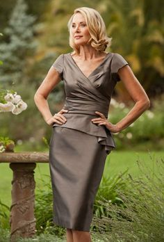 2015 Gorgeous Knee Length Mother of the Bride/Groom Dresses With Short Sleeves V Neck Taffeta Evening Gowns