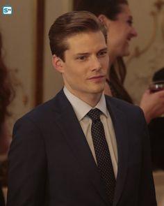 Hunter Parrish in Quantico Hunter Parrish, I Go Crazy, Popular Shows, White Boys, Male Face, Face Claims, Cute Guys, Masquerade, Tv Series