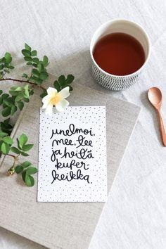 Unelmoi, mee, tee postikortti on Ninnimoin Ninan kädenjälkeä. Se on painettu suomalaisessa painotalossa laadukkaalle sertifioidulle puhtaanvalkoiselle 100 % kierrätyspaperille, jonka valkaisussa ei ole käytetty klooria. Kortin koko on 105 x 148 mm. www.ninnimoi.fi