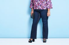Our plus size jeans guide helps you identify the difference between skinny jeans, boyfriend jeans, straight leg jeans, and bootcut jeans. Plus Size Boyfriend Jeans, Plus Size Skinny Jeans, Hips And Curves, Curvy Hips, Light Dress, Stylish Plus, Cut And Style, Everyday Outfits, Looking For Women