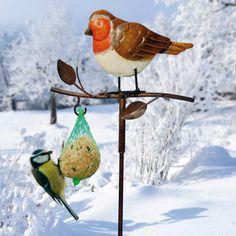 """Futterhalter """"Rotkehlchen"""" - Hier dürfen auch andere Vogelarten am mitgelieferten Meisenknödel naschen. Metall in trendiger Rostoptik. Das Rotkehlchen ist naturgetreu bemalt. Ideal für Balkon, Garten und Blumenkübel."""