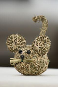 Myška ze sena Ručně vyrobená myška ze sena,v.8cm.Součástí výrobku je visačka certifikátu