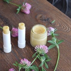 Red clover lip balm This natural highly effective and easy to make moisturizing lip balm with red clover oil, coconut oil, shea butter and beeswax nourishes your lips, gives them moisture and reduces signs of ageing. Homemade Lip Balm, Diy Lip Balm, Homemade Skin Care, Diy Skin Care, Natural Lips, Natural Skin Care, Natural Red, Clover Oil, Lip Balm Recipes